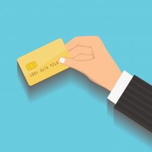 Personne tenant une carte de paiement