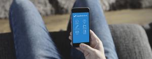 Personne tenant son smartphone sur lequel s'affiche l'application EasyDivorce